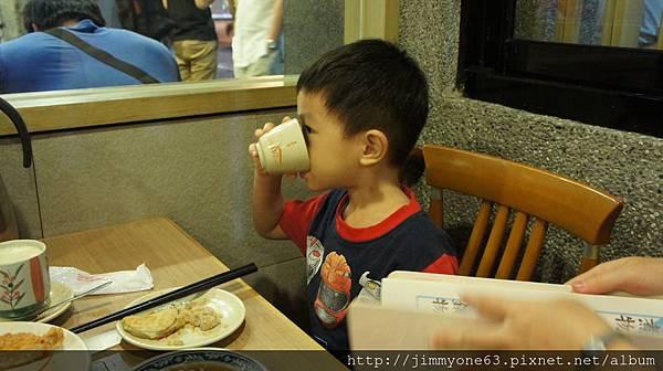 21底迪會冷猛喝茶.jpg
