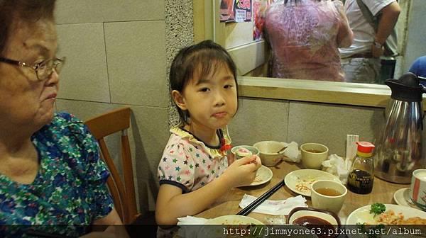 22姐姐吃茶碗蒸.jpg