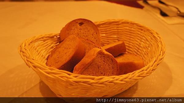 08贈送的餐前麵包.jpg