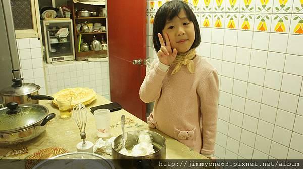 11小正咩幫忙把奶油加到卡士達醬中.jpg
