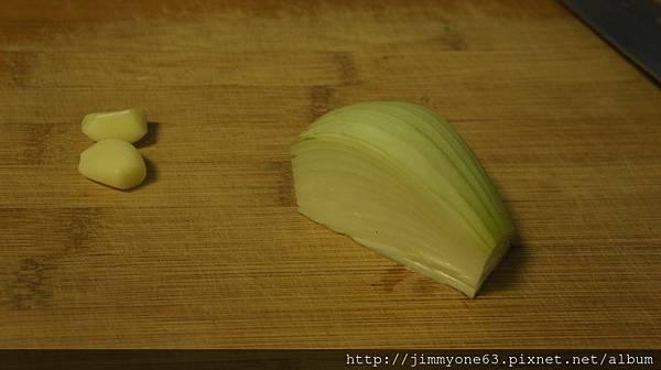01用2辦蒜仁四分之一顆洋蔥.JPG