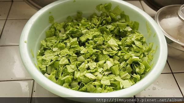 03小白菜切碎加鹽醃.jpg