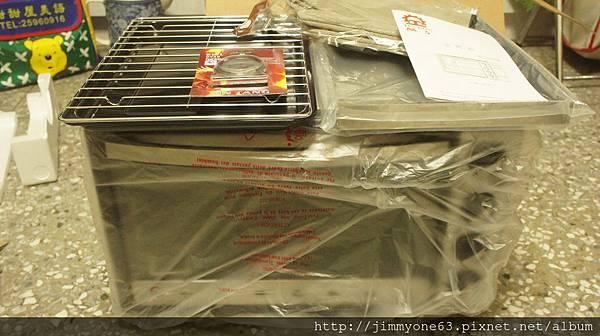 07左邊是原廠的烤盤跟烤網右邊是賣家送的身烤盤跟手套.jpg