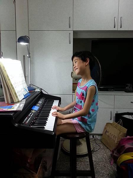 開心彈鋼琴