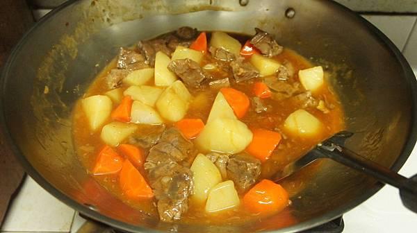 06取400CC牛肉湯熬煮牛肉跟蘿蔔收汁後勾芡.jpg