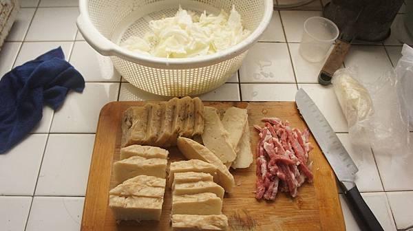 01蘿蔔糕切片,肉絲跟高麗菜.jpg
