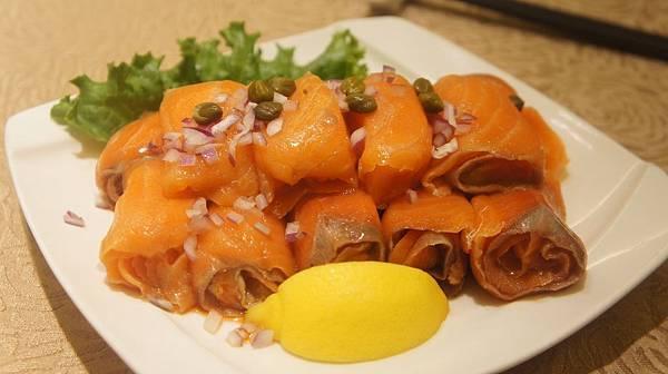 08凱薩喜迎上賓盤2煙燻鮭魚卷.jpg