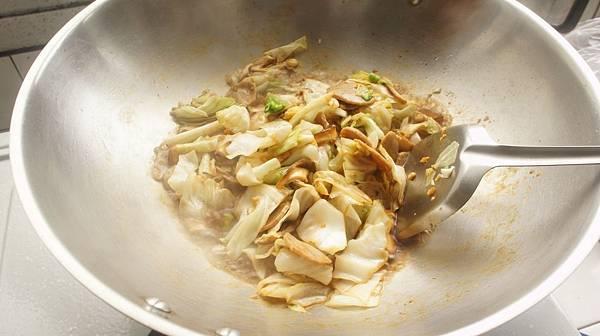 02加醬油炒香後加入貢丸片香菇片跟糖還有高鮮味精.jpg