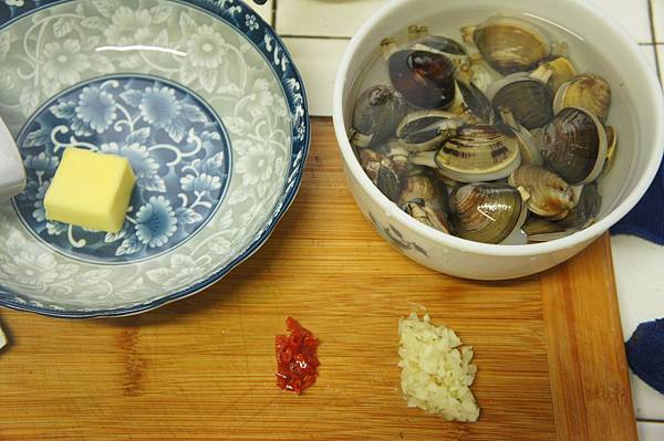 01蛤蜊400g先吐沙蒜末辣椒末跟無鹽奶油.jpg