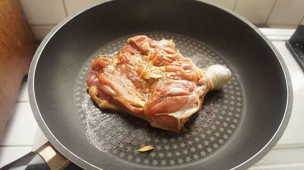 01雞腿用醬油薑絲醃兩小時候先煎雞排.jpg