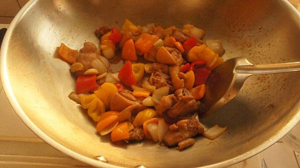 03薑片先煸香然後雞腿皮出油後下蒜片洋蔥跟彩椒.jpg