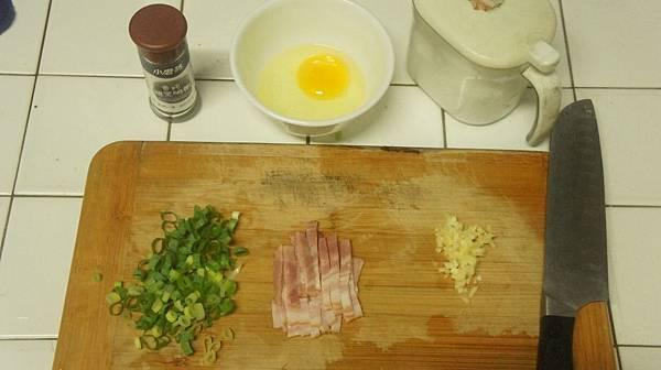 06蔥花培根蒜末鹽雞蛋跟黑胡椒.jpg