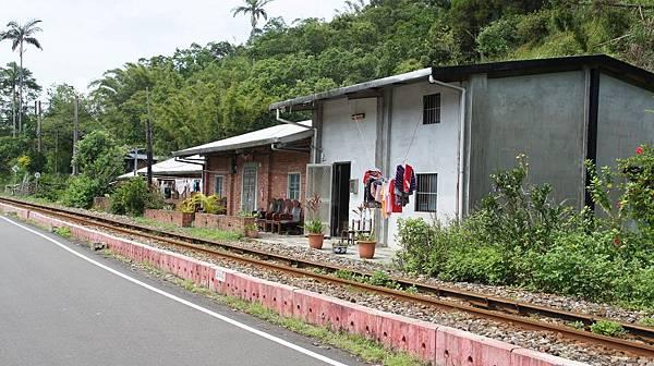 66鐵道旁的民宅.jpg