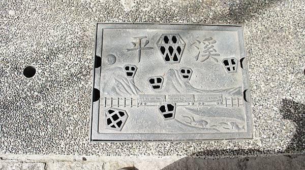 77發現老街溝蓋都很有特色.jpg