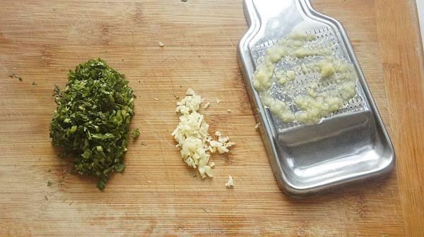 03蒸的時候把香菜切碎,蒜仁切末,薑磨泥.jpg