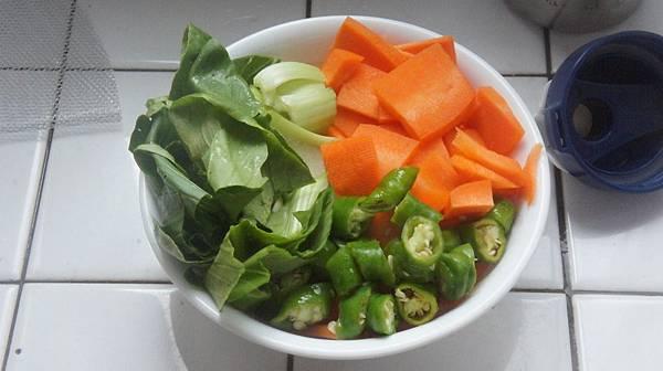 03半隻紅蘿蔔一支糯米椒兩朵青江菜備用.jpg