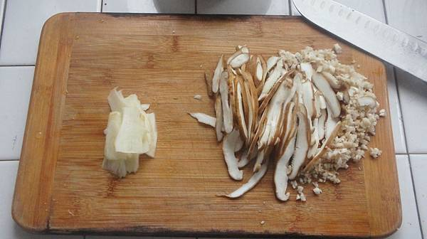 04鮮香菇3朵切絲菇蒂切末薑切片.jpg