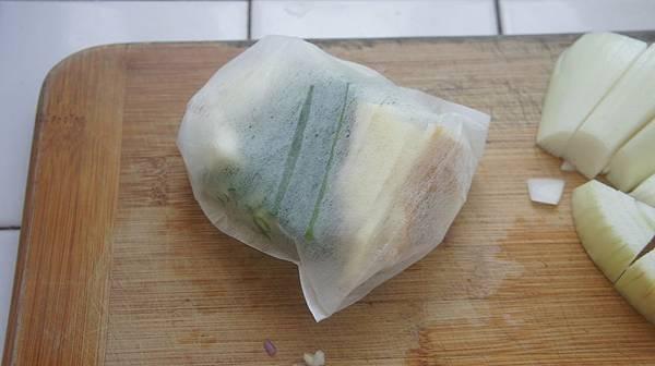 02我不喜歡青蔥煮軟變絲影響我盛湯,所以我用個滷包袋把蔥薑蒜裝起來.jpg
