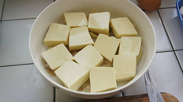 12洋蔥炒軟放入深盤中鋪上雞蛋豆腐片.jpg