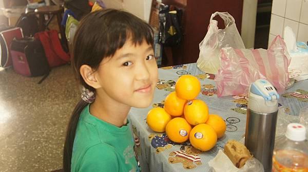 13女兒閒著沒事玩橙.jpg