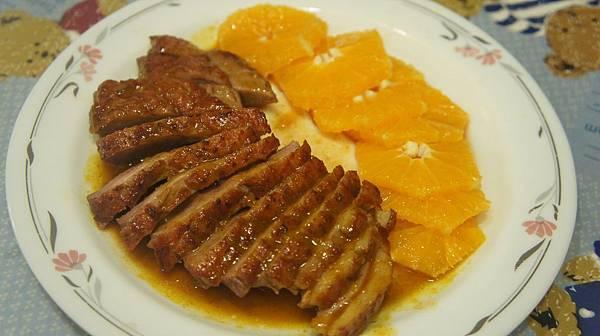 11柳橙切片擺盤鴨胸肉也切片擺盤淋上調好的醬汁.jpg