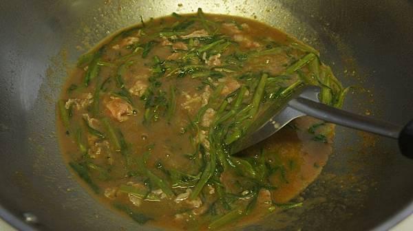 04加入調好的沙茶醬炒勻再加入肉片翻兩下.jpg