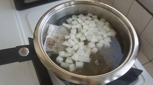 01柴魚片1大匙跟油蔥酥1大匙放滷香包白蘿蔔半條切丁放入.jpg