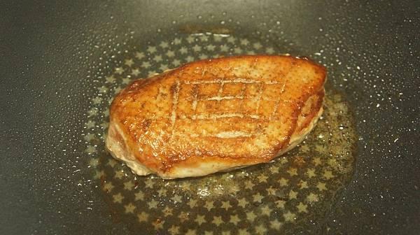03肉煎2分鐘,四面各煎30秒.jpg