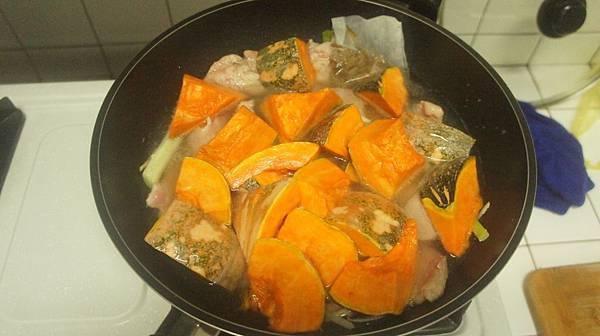 06把柴魚片滷包下鍋後燜煮10分鐘.jpg