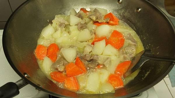 12加入紅白蘿蔔燉煮20分鐘.jpg