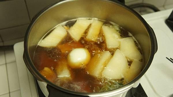16燉15分鐘後加入剝殼的雞蛋跟其他關東煮料.jpg
