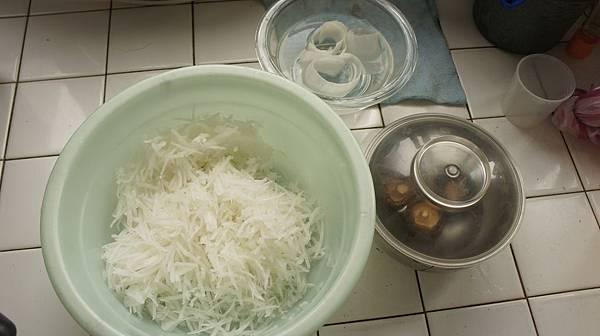 01白蘿蔔刨絲香菇3朵泡水.jpg