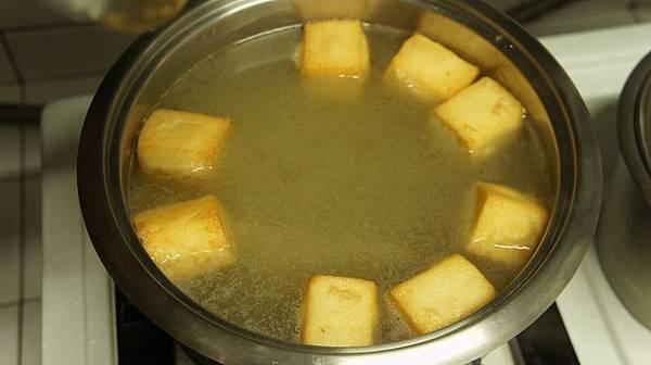 01前天先用柴魚片跟油蔥酥各1大匙煮好高湯.jpg