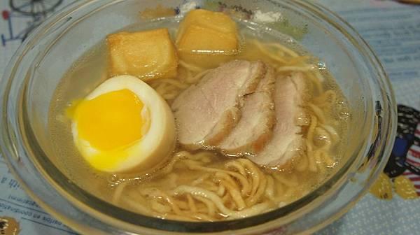 05麵煮好放入高湯中放上溏心蛋跟鴨肉片.jpg