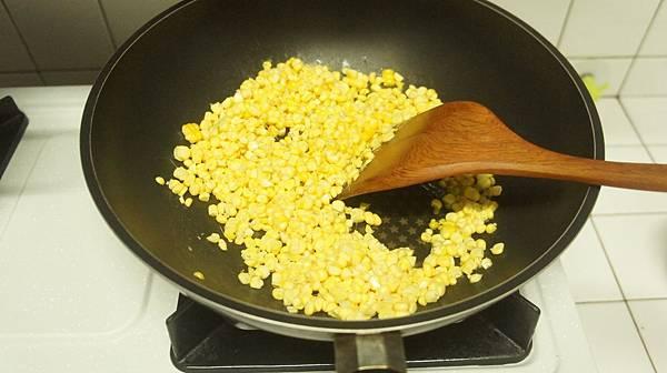 11先用一大匙油炒玉米3分鐘.jpg