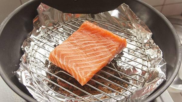 06鮭魚用開水沖淨後擱上.jpg