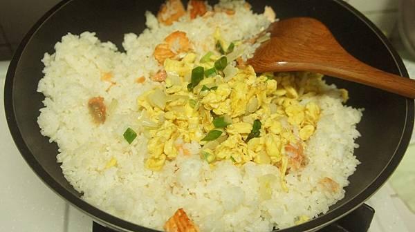 22鮭魚八分熟時加入蔥蛋碎.jpg