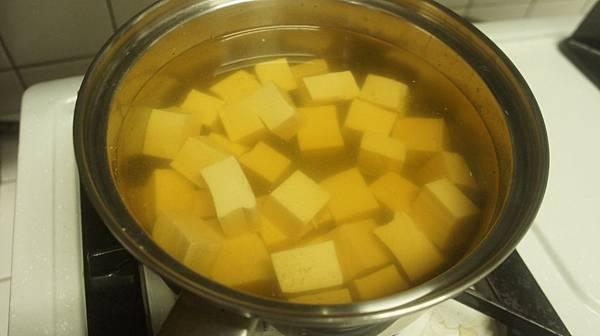 12豆腐切塊後下鍋煮.jpg