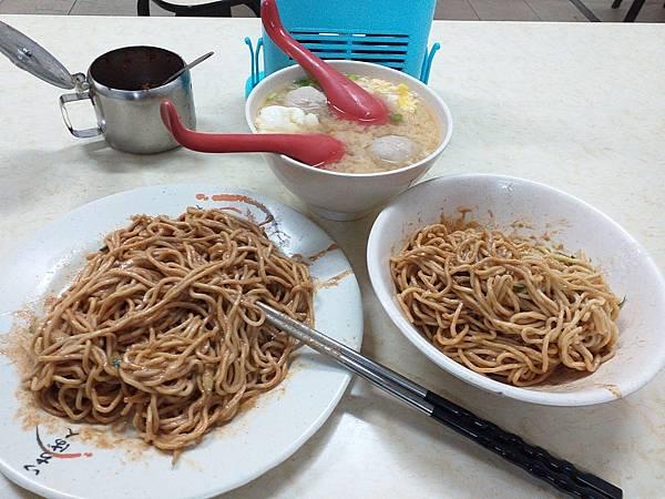 03我和女兒在濱江市場的早餐.jpg
