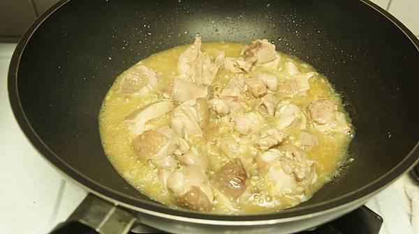 07加入10大匙的花雕酒燉煮雞肉.jpg