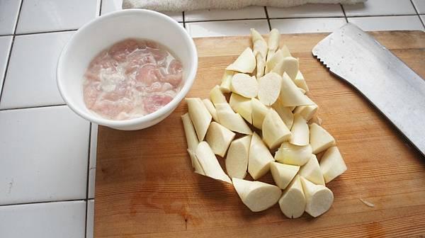01肉片醃太白粉水茭白滾刀切丁.jpg