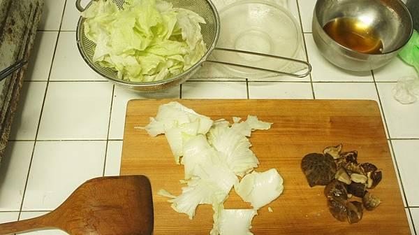 12菜梗分開花菇切塊.jpg
