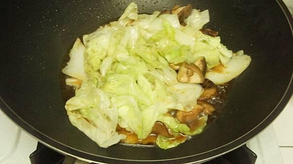 15再5分鐘後沿鍋邊下2大匙醬油炒香再加100CC水.jpg