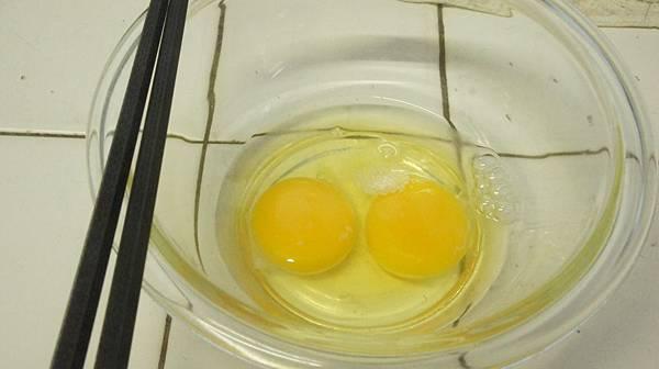 01水晶碗打入2顆蛋加入鹽四分之一匙高鮮味精八分之一匙打勻.jpg