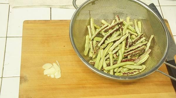12食材蒜仁1顆切片菜豆去絲.jpg