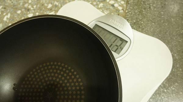13舊的不沾鍋重1300g.jpg