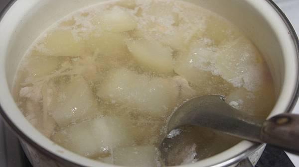 09肉片醃太白粉水後下鍋煮熟後撈去浮沫.jpg