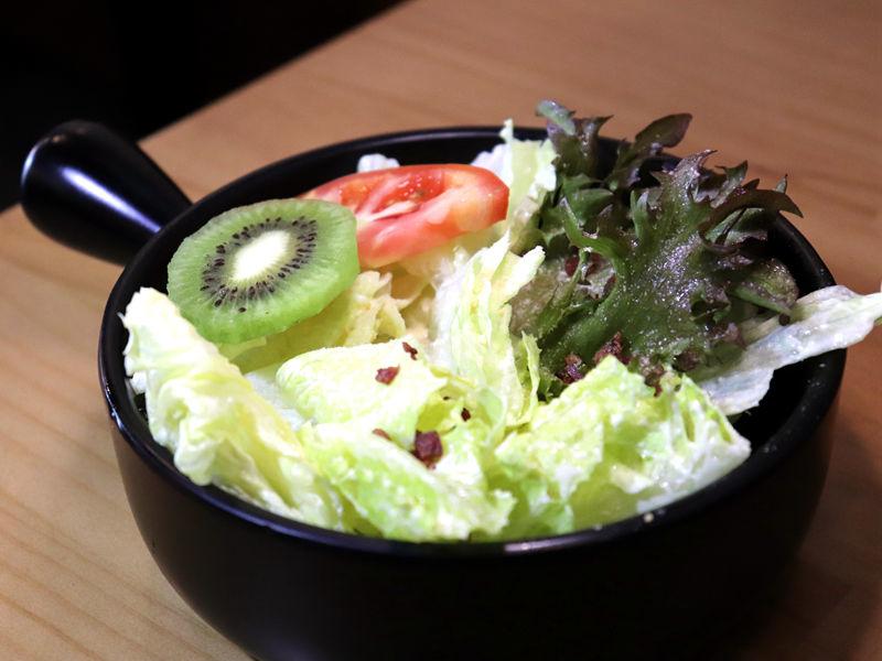 牛八碳燒牛排_生菜沙拉01.jpg