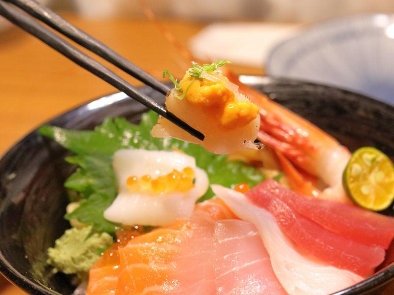 桀壽司_海鮮丼的干貝與海膽.jpg
