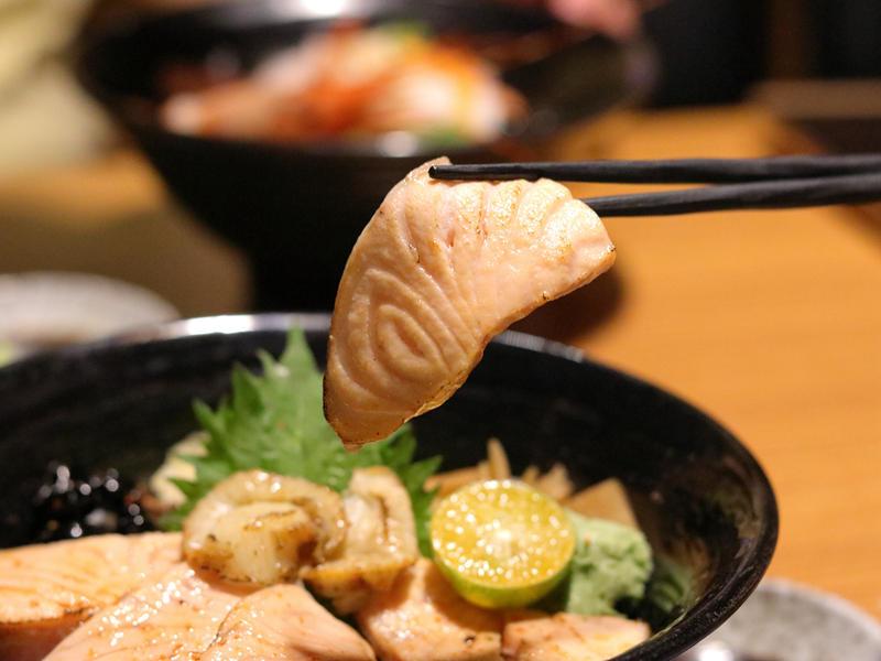 桀壽司_鮭魚親子丼的鮭魚肉片.jpg